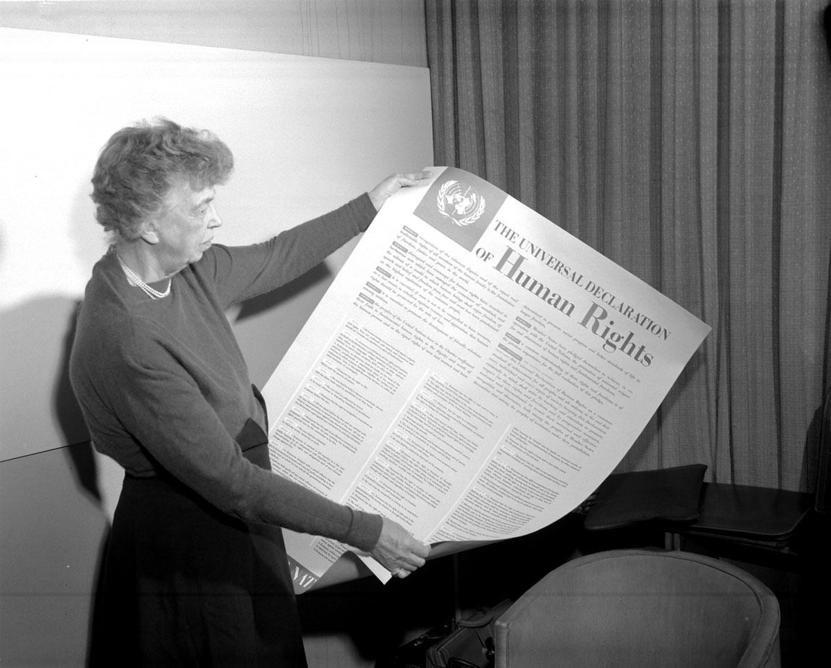 السيدة إليانور روزفلت تحمل ملصقا للإعلان العالمي لحقوق الإنسان باللغة الانكليزية