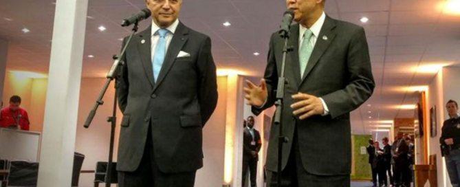 وزير الشؤون الخارجية الفرنسية، لوران فابيوس، والأمين العام بان كي مون، في مؤتمر صحفي حول تغير المناخ،11 ديسمبر 2015. المصدر: الأمم المتحدة / فلورنسيا سوتو نينو