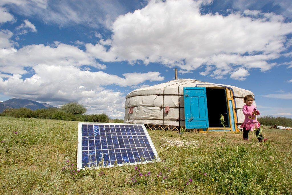 خيمة لأسرة منغولية تستخدم الطاقة البديلة