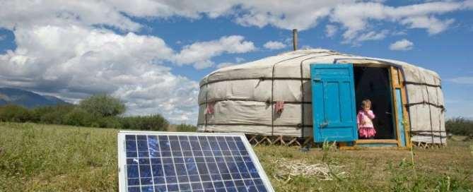 Familia de Mongolia utiliza energía solar. Foto ONU/Eskinder Debebe