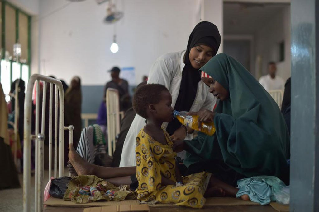 Una madre da una bebida con sales rehidratantes a su hija en un hospital de Mogadishu en Somalia. Foto: ONU/Tobin Jones