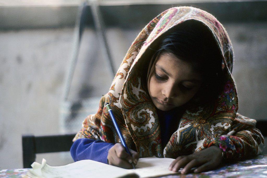 Una pequeña hace su tarea en una escuela de Karachi, en Pakistán. Foto: ONU/John Isaac