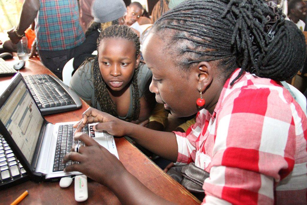 Chicos y chicas comparten los pensamientos sobre su futuro a través de las redes sociales en un centro juvenil de Nairobi, Kenya. Foto: UNFPA/Roar Bakke Sorensen