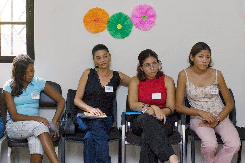 Participantes en un taller sobre violencia contra la mujer en Honduras Foto archivo: ONU/Mark Garten