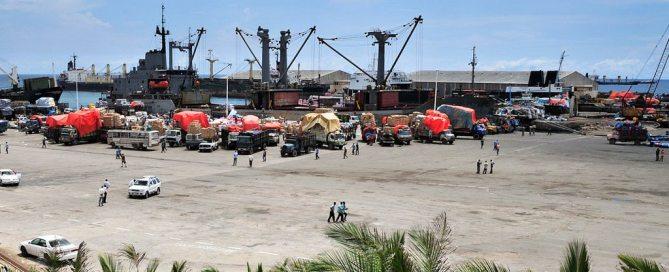 Un port somalien en pleine activité avec des camions déchargeant les cargaisons de navires
