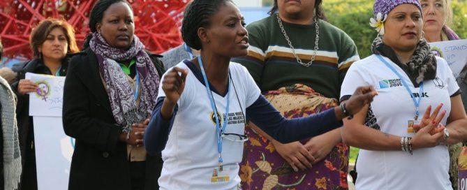 Titi Akosa anime des chants et des danses à la Journée des femmes à la COP21, soulignant la nécessité pour les femmes d'être impliquées dans les négociations sur le climat. Photo Centre d'actualités de l'ONU/Stephanie Coutrix