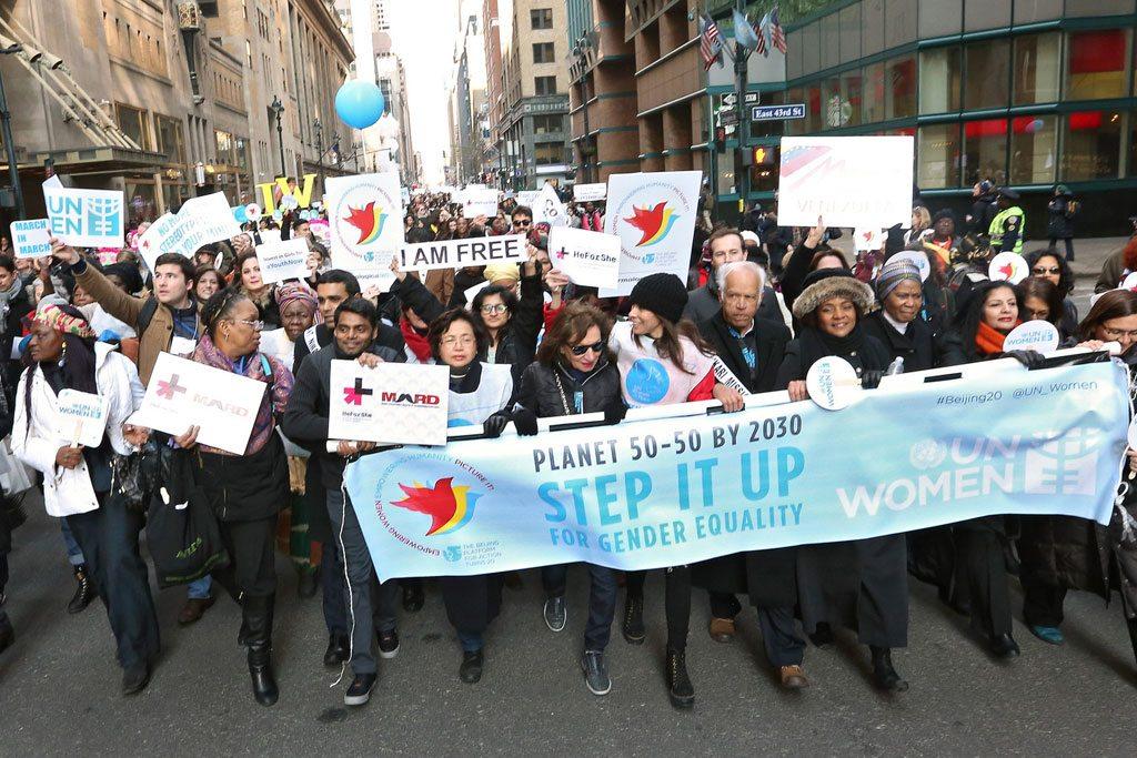 Des femmes et des hommes manifestant pour l'égalité entre les hommes et les femmes.