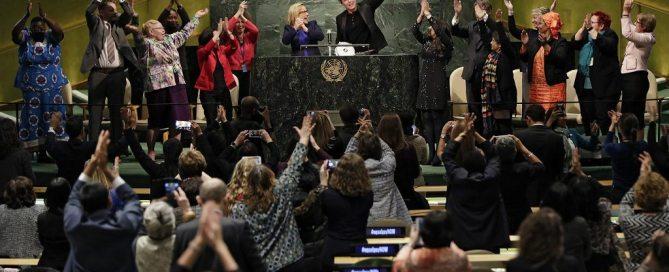 Lancement de la Plate-forme des champions pour l'égalité de rémunération dans la Salle de l'Assemblée générale des Nations Unies, le 13 mars 2016. ONU Femmes / Ryan Brown
