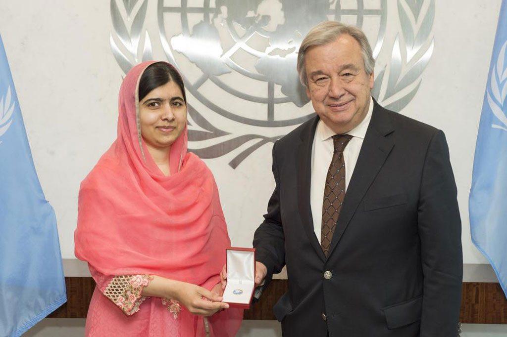 Le Secrétaire général de l'ONU António Guterres avec la militante des droits des femmes et lauréate du Prix Nobel de la paix, Malala Yousafzai. Photo ONU/Eskinder Debebe