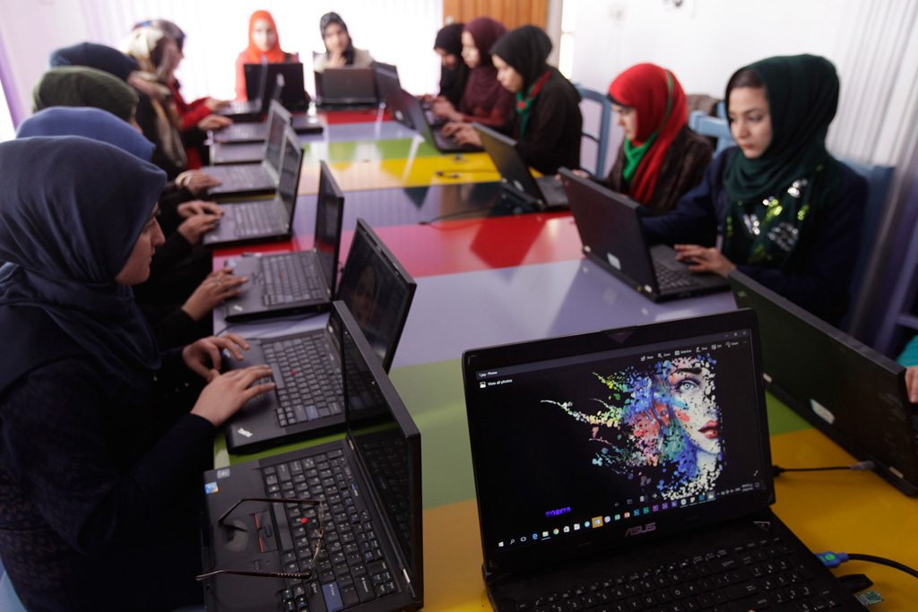 Des femmes apprenant la programmation informatique dans un centre de technologie à Herat, en Afghanistan. Photo MANUA/Fraidoon Poya