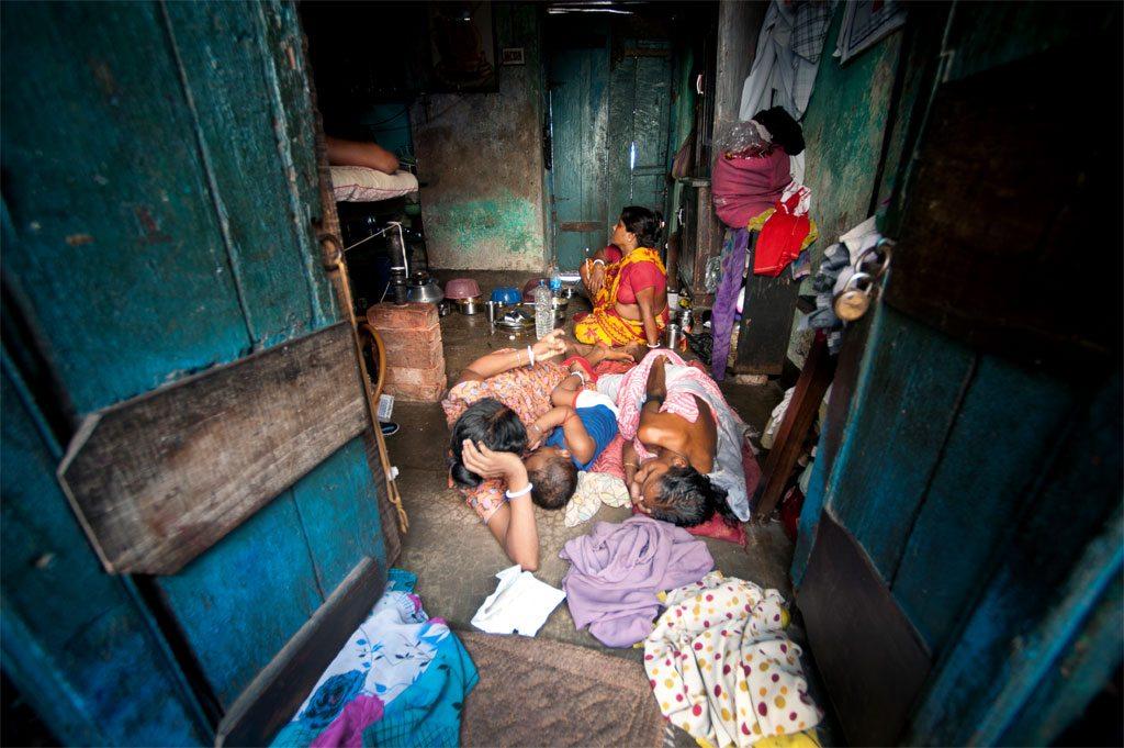 Une famille vivant dans un bidonville à Sonagachi, Kolkata, en Inde. Photo ONU/Kibae Park