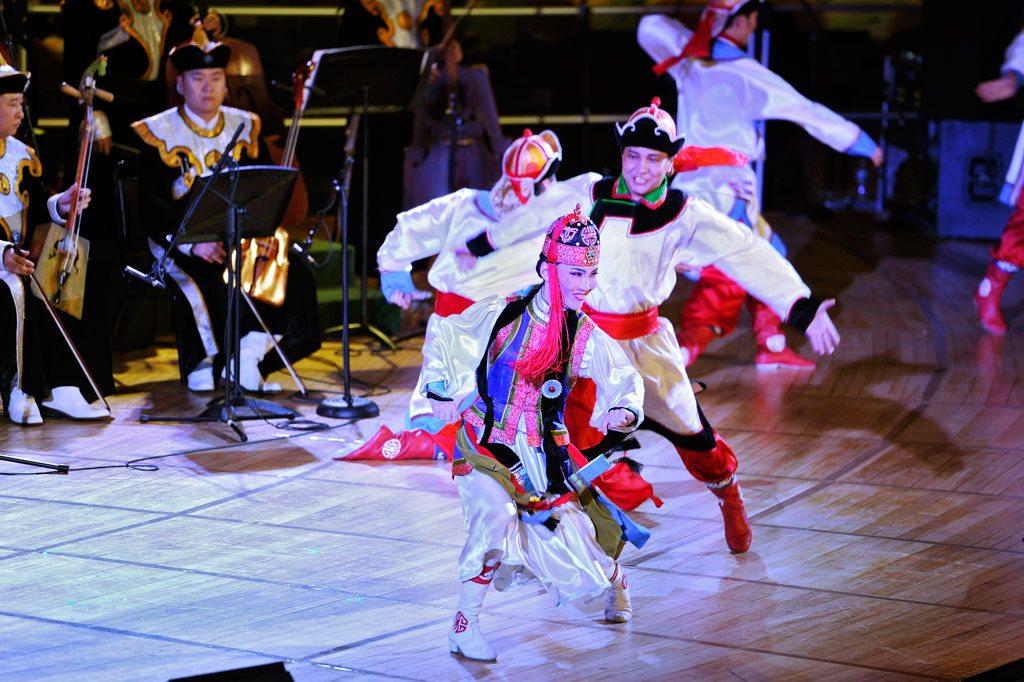 Des membres de l'Ensemble académique national de la chanson et danse folkloriques de Mongolie se produisent au siège de l'ONU pour célébrer la diversité culturelle. Photo: ONU / Ryan Brown (archive)