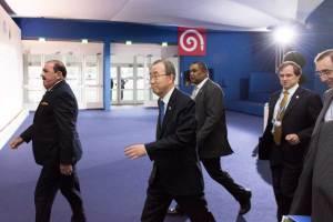 Photo: Secretary-General Ban Ki-moon walks en route to meet Laurent Fabius, President of COP21 during the UN Climate Change Conference in Paris (COP21).