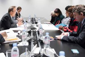 Photo: Ban Ki-moon (left) meets with Edna Molewa (third from right), Minister for Environmental Affairs of South Africa, on the margins of the UN Climate Change Conference in Paris.