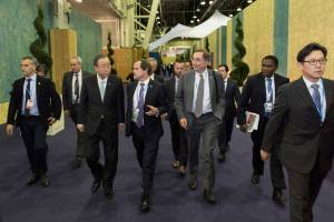 Photo: Ban Ki-moon and his advisers walk through the hall of Le Bourget en route to a meeting on 11 December.