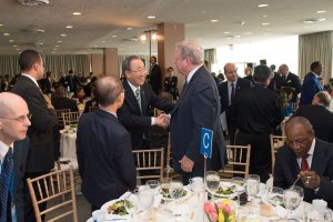 Photo: Ban Ki-moon greets former US Vice President and climate activist Al Gore at the luncheon on 22 April.