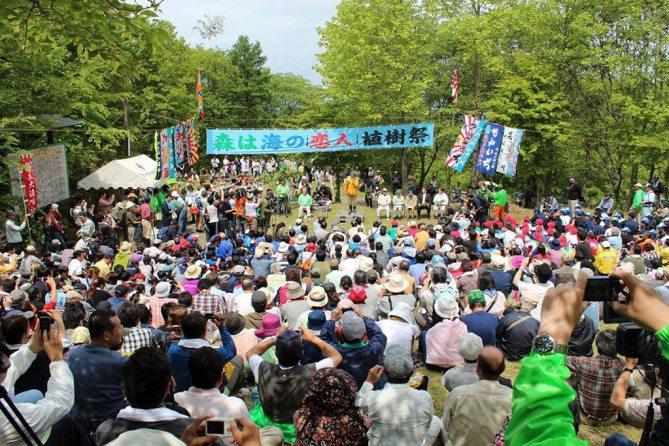 Shigeatsu Hatakeyama speaks to participants at a tree-planting festival. Photo/Mori wa Umi no Koibito