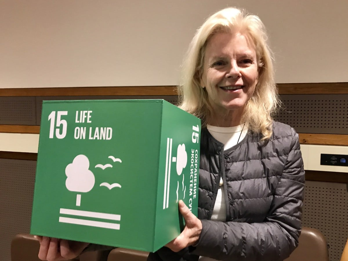 Photo: Kristine Tompkins poses with an SDG 15 cube at the event naming her UN Environment Patron of Protected Areas.