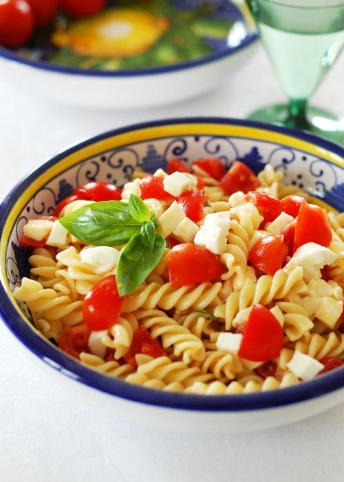 Insalata fredda di pasta con pomodorini, mozzarella e olio  al basilico - Una casa in campagna