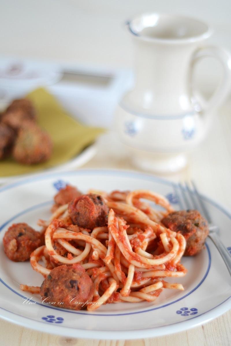 Bucatini con salsa di pomodoro al basilico e polpette di