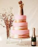Torta rosa con sposini e nastri dorati