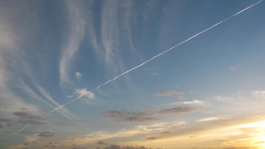 cielo con scia aereo volare