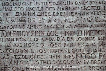 Le parole della preghiera del Padre Nostro scolpite sulla facciata del Portale della Gloria.