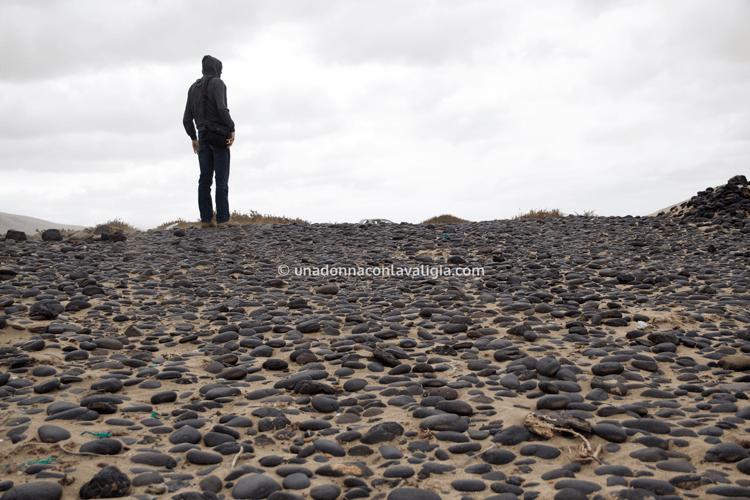 La spiaggia di famara: sabbia e pietre nere.