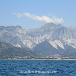 Vista sulle Alpi Apuane dal mare