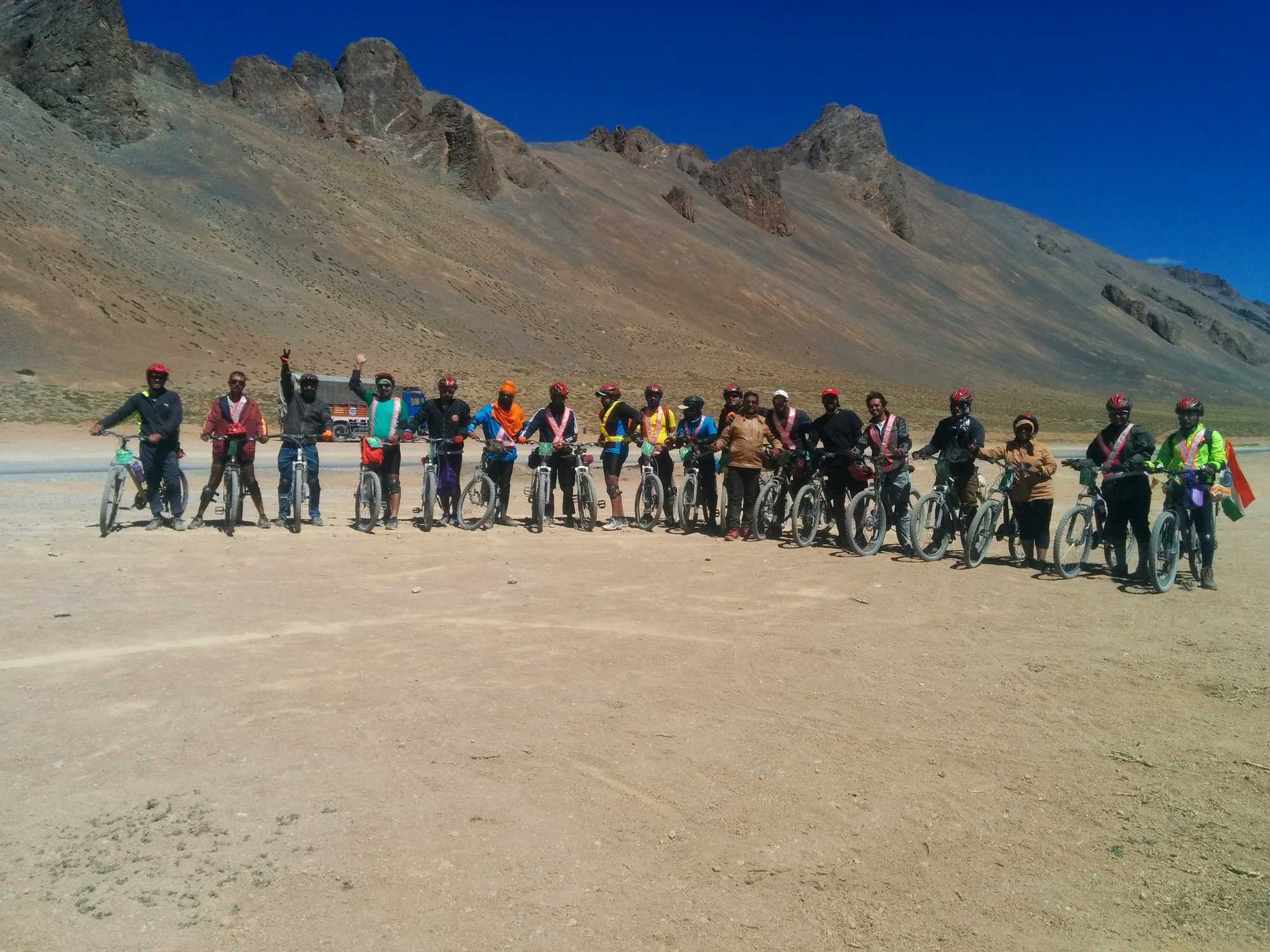 Why is it recommended to cycle from Manali to Leh as a team?