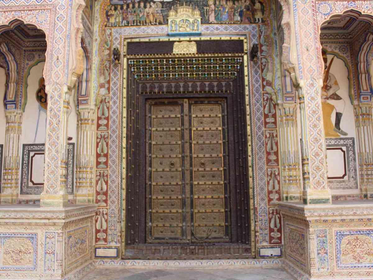 What materials were used in construction of the havelis of Nawalgarh?