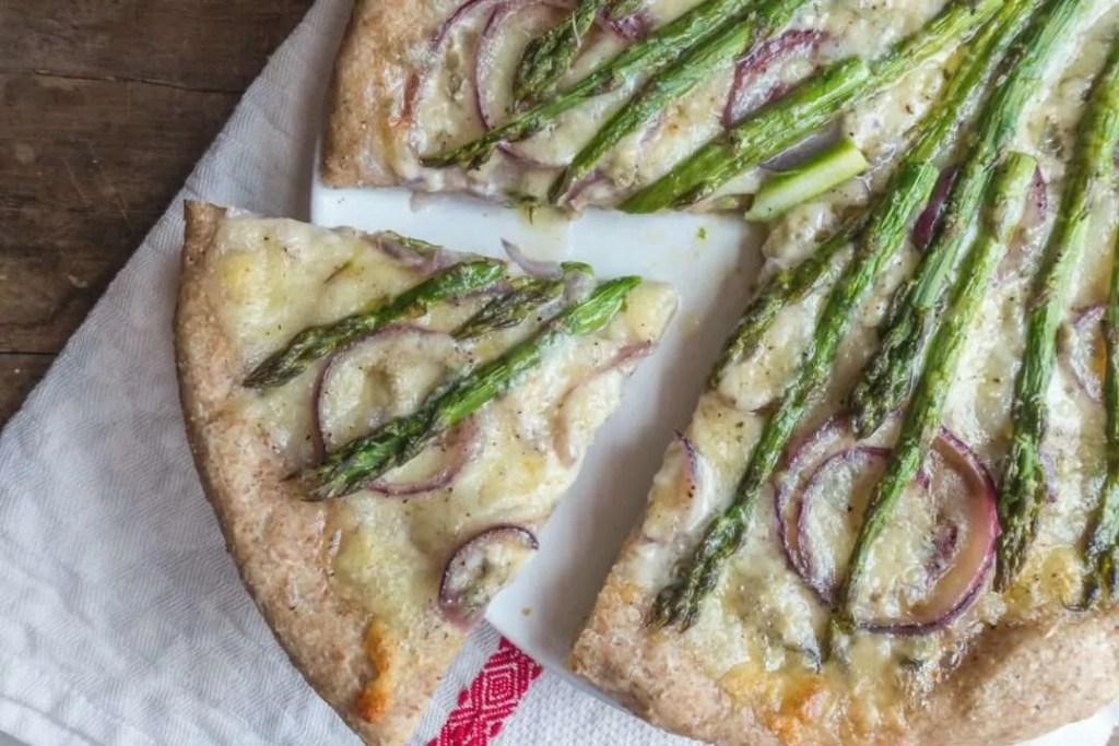 la ricetta della pizza con gli asparagi e la cipolla
