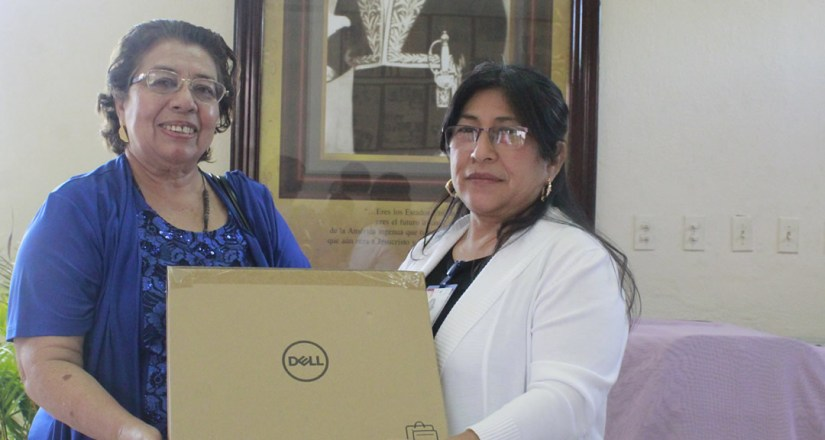 Maestra Sonia Orozco entrega computadoras portátiles a la MSc. Martha González, Decana de la FAREM-Matagalpa.