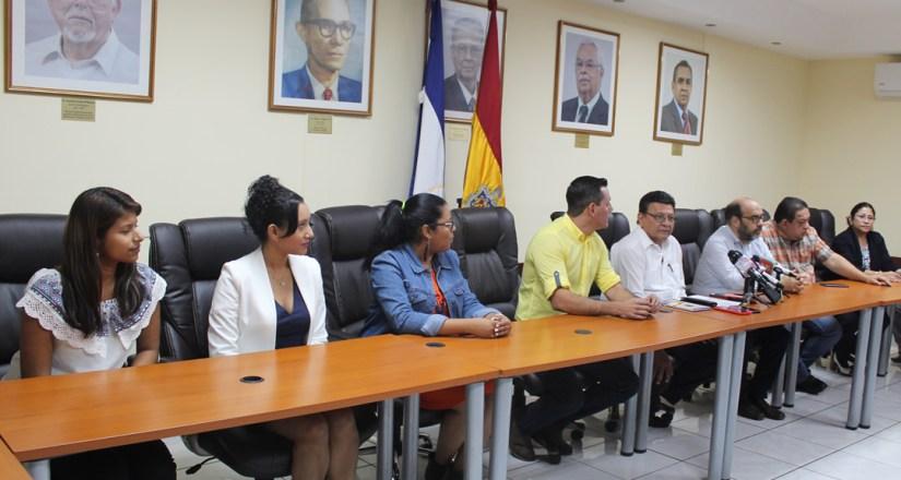 Parte de las autoridades universitarias de la UNAN-Managua y representantes de Canal 6, que asistieron a la firma de convenio entre ambas instituciones.