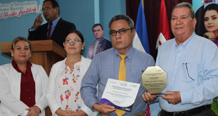 Maestro Ramiro García Vázquez recibe mención especial por su aporte investigativo.
