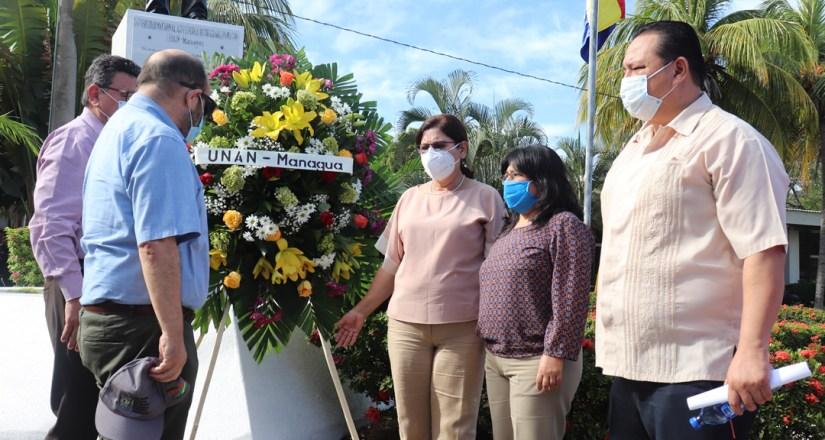 Autoridades universitarias depositan ofrenda floral en Monumento a Rubén Darío