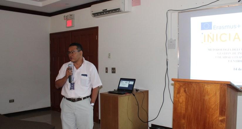 El MSc. Moisés Acevedo explicó detalles sobre el curso, entre ellos los módulos y la metodología de trabajo.