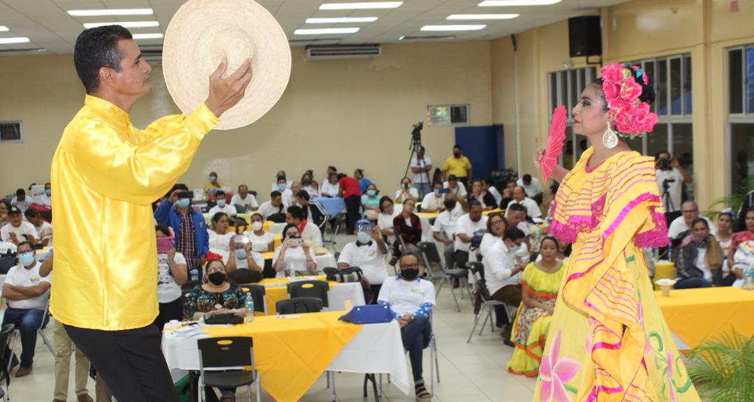 Docentes celebran la identidad nacional y la interculturalidad