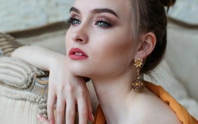 Come scegliere e indossare gli orecchini in base alla forma del tuo viso