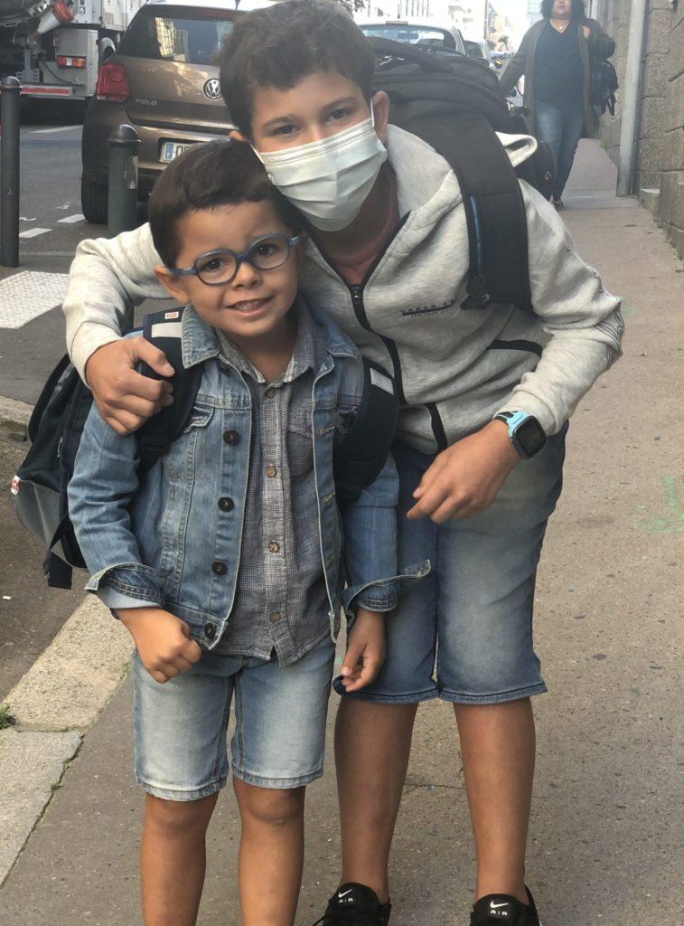 Aydan et Liam devant l'école