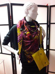 Dreieckstuch bunt mit gelber Tasche