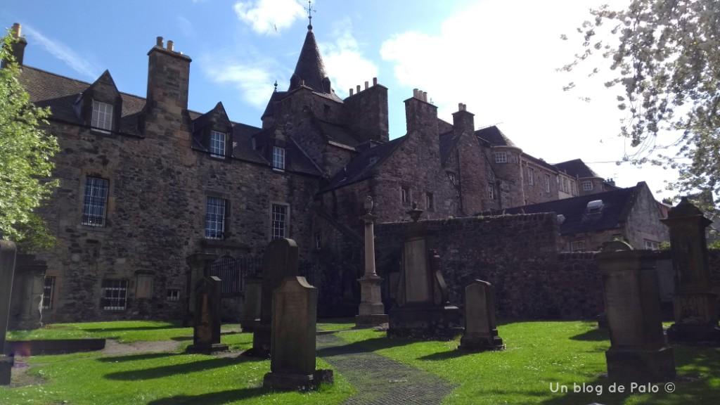 Un cementerio en un día soleado