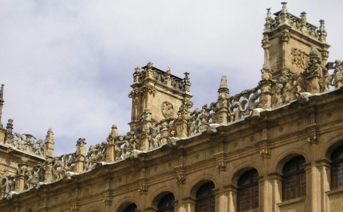 Chimeneas del siglo XVI en el Palacio de Monterrey