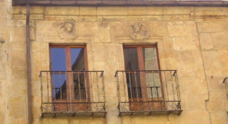 La curiosa fachada de la Casa de Francisco Vitoria 16