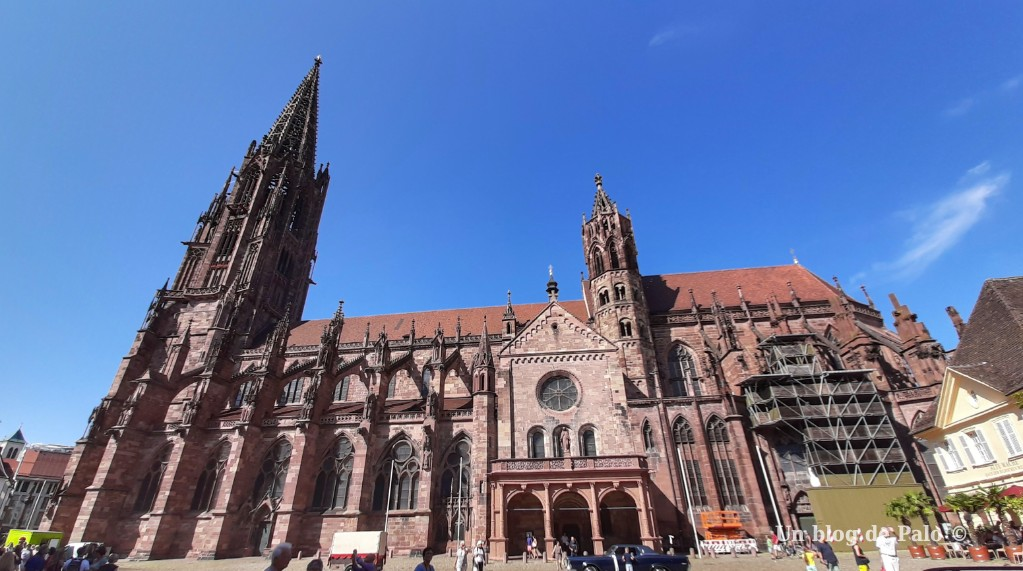Vista lateral de la catedral de Friburgo