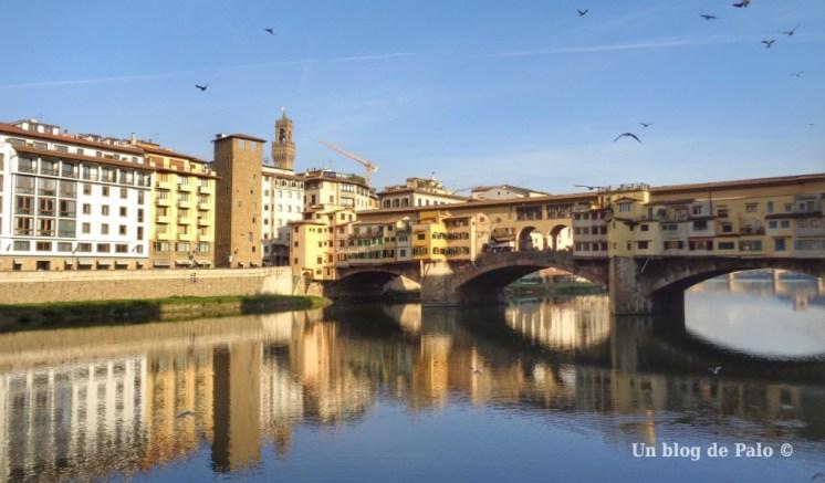 Vistas hacia Ponte Vecchio en Florencia