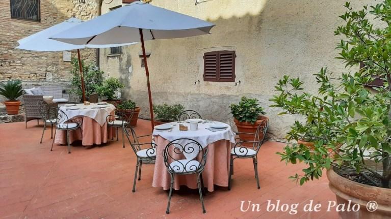 Tanto el hotel de Siena como el de San Gimignano tenía patio interior o jardín para desayunar