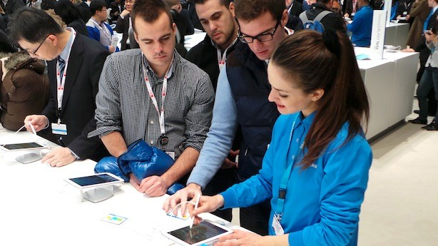 Samsung staff teaching eager peeps stuff they probably already know, hehe. :P