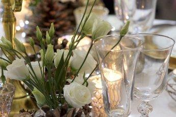 Lisianthus blancs sur table de fêtes