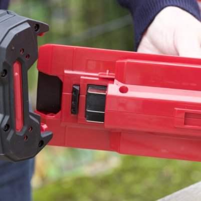 Installer la batterie sur les outils de jardin sans fil Honda
